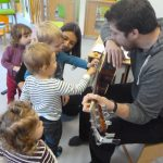 Des enfants découvrent la guitare